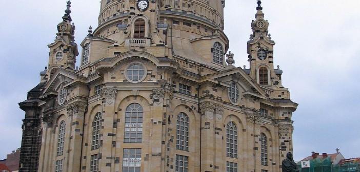 Frauenkirche Dresden Elberadweg Die Frauenkirche Dresden gehört zu den bekanntesten Wahrzeichen der Elbstadt. Egal ob bei einem Kuppelaufstieg, bei dem man einen atemberaubenden Blick über Dresden genießen kann oder bei einem mitreißenden Orgelkonzert - die Dresdner Frauenkirche ist definitiv einen Besuch wert!